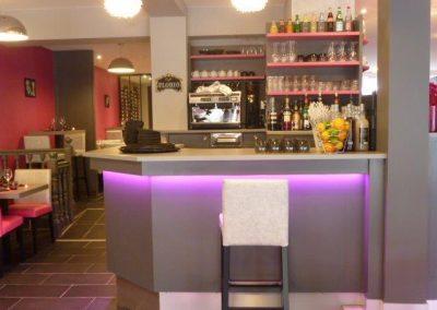 comptoir-bar luminieux à Cabourg (Calvados -14) (fauteuils, tables et banquettes non fournies par BÔ)
