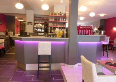 Équipement Comptoir bar LED restaurant  à Cabourg Calvados 14 (fauteuils, tables et banquettes non fournies par BÔ)