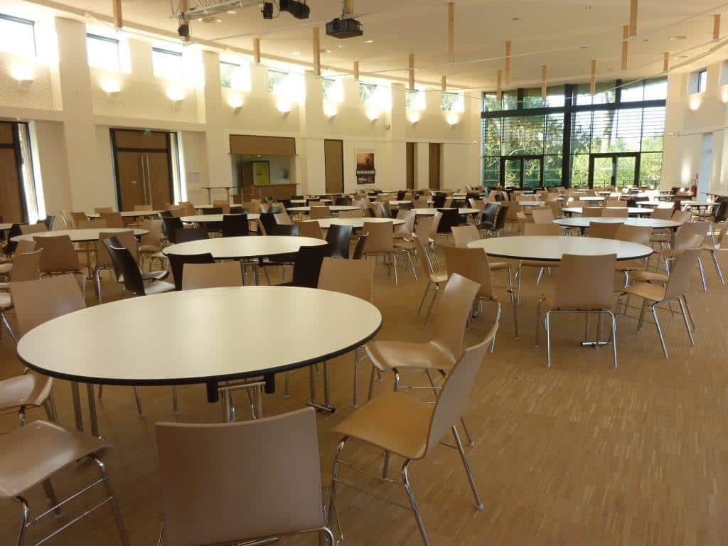 équipement de tables rondes et rectangulaires pour une salle de banquets à Bayeux