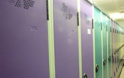 Équipement des vestiaires tout en couleur chez la Maison Johannès Boubée (Groupe Carrefour) à Bayeux