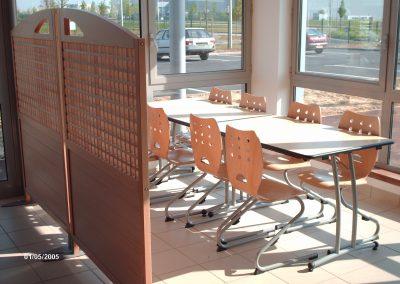 Mobilier de restauration (tables, chaises) et claustras en bois à Evreux (Eure et Loir) en Normandie