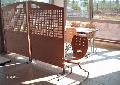 Tables et chaises de cafétéria restaurant à Evreux (Eure et Loir) en Normandie