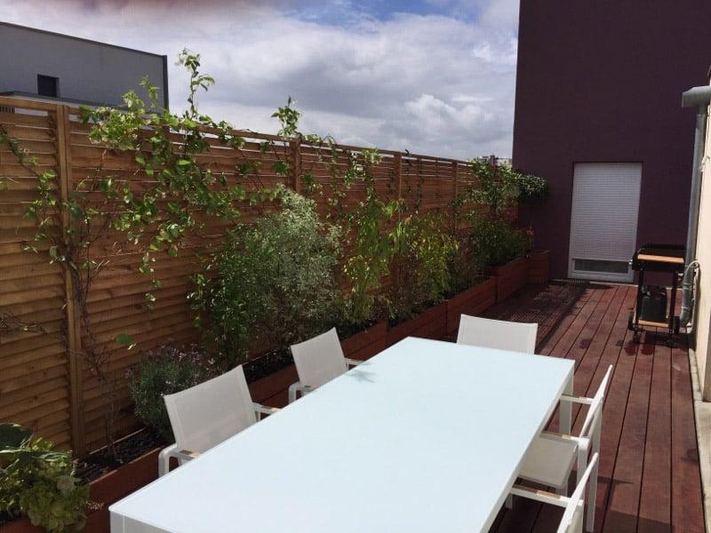Relooking terrasse d'un appartement près de Caen / Agencement en mobilier de terrasse et en lames de parquet