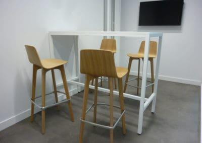 mobilier de bureau à Caen - Tables réglables en hauteur et tabourets hauts en chène massif