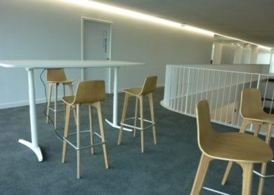 mobilier de bureau à Caen - Tables réglables en hauteur & chaises hautes en chène massif